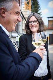 Stossen auf den verteidigten FDP-Sitz an: die neu gewählte Gemeinderätin Ladina Aregger und Toni Gubitosa vom FDP-Ortsparteipräsidium. (Bild: Jakob Ineichen, Oberkirch, 8. Juli 2018)