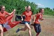 Sanna Hotz, Mirjam Würsten und Alina Niggli schafften es an der Junioren-EM in Bulgarien zuoberst aufs Podest. (Bild: PD)