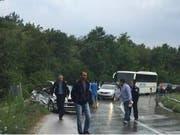 Der Unfall ereignete sich im Süden des Kosovo nahe der Stadt Suhareka. In einer Kurve stiess das Auto mit einem Bus zusammen. (Bild: Behgjet Pacolli/Facebook)
