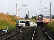 Glück im Unglück für einen Unfallfahrer im Kanton St. Gallen: Sein Auto kam auf der SBB-Strecke zum Stehen. Ein Lokführer konnte gerade noch rechtzeitig anhalten. (Bild: Kantonspolizei St. Gallen)