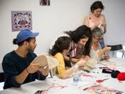 Beim Kulturfestival Belluard Bollwerk International in Freiburg konnte man dieses Jahr vermehrt selbst Hand anlegen: In der «Abendschule Import» (Bild) konnte man(n) beispielsweise die hohe Kunst der afghanischen Stickerei erlernen. (Bild: Pressebild Pierre-Yves Massot)