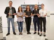 PreisträgerInnen des Bachmann-Wettbewerbs: v.r. die Rorschacherin Anna Stern (3sat-Preis), die Österreicherin Raphaela Edelbauer (Publikumspreis), die Ukrainerin Tanja Maljartschuk (Bachmann-Preis), die Türkin Özlem Özgül Dündar (Kelag-Preis) und der Deutsche Bov Bjerg (Deutschlandfunk-Preis). (Bild: Keystone/APA/GERT EGGENBERGER)