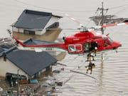 Schwere Überschwemmungen im Süden Japans: Rettungsteams bringen Einwohner per Helikopter in Sicherheit. (Bild: KEYSTONE/AP Kyodo News/SHOHEI MIYANO)