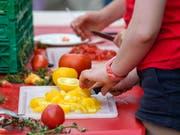 Auf dem ganzen Festgelände standen Tomaten in allen Variationen zum Probieren bereit. (Bild: KEYSTONE/MARTIAL TREZZINI)