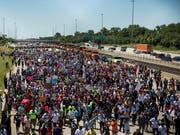 Tausende protestierten bei Chicago auf einer Autobahn gegen die grassierende Waffengewalt. (Bild: KEYSTONE/AP Chicago Sun-Times/ASHLEE REZIN)