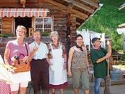 Die Theaterladies Helen Sennhauser, Margrit Stadler, Margrit Meile, Marlene Silvestri und Esther Burkhalter im Jahre 2009 bei ihrem Auftritt mit «Damebsuech uf dä Meiersalp» am Originalschauplatz (von links). (Bild: PD)