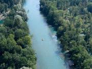 In Bern suchen Einsatzkräfte seit Samstagabend einen vermissten Aareschwimmer. (Bild: KEYSTONE/LUKAS LEHMANN)