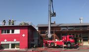 Die Feuerwehr musste den Zugang zur Schreinerei über das Dach sicherstellen. (Bild: Tele1 Screenshot)