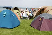 Der Campingplatz liegt direkt am Wasser neben dem Strandbad. (Bild: Max Eichenberger)