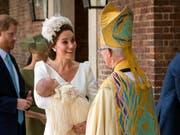 Die bevorstehende Taufe beunruhigt den kleinen Prinzen Louis nicht. Er schläft in den Armen seiner Mutter, Herzogin Kate. Gegenüber dem Erzbischof von Canterbury sagt sie, ihr Sohn sei «sehr gelassen und ruhig»; sie hoffe, das werde so bleiben. (Bild: KEYSTONE/AP PA POOL/DOMINIC LIPINSKI)