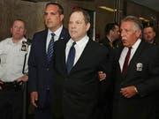 Weinstein wurde am Montag in Handschellen in den Gerichtssaal geführt. (Bild: KEYSTONE/AP/RICHARD DREW)