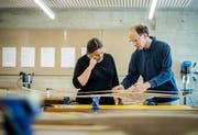 In der Weitsicht in Märstetten bauen die Kursteilnehmer einen Kompositbogen. Nur eines von 108 Kursangeboten. (Bild: Reto Martin)