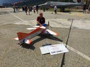 Sandro Matti mit seinem Modellflugzeug auf dem Militärflugplatz Meiringen (Bild: PD)
