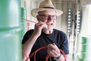 Der Regisseur als Brandstifter: Leopold Huber spielt mit einer Zündschnur inmitten der Benzinfässer auf der Seebühne. (Bild: Martin Preisser)