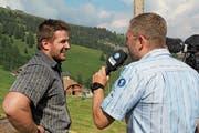 Nach dem umstrittenen Sieg war Stefan Arnold ein gefragter Interviewpartner beim Fernsehen. (Bild: Paul Gwerder (8. Juli 2018))
