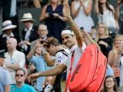 Hat bis jetzt gut lachen: Roger Federer zog in Wimbledon ohne Satzverlust in den Achtelfinal ein (Bild: KEYSTONE/AP/BEN CURTIS)