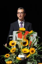 Rektor David Schuler führte vergangene Woche durch die Lehrabschlussfeier im Theater Uri in Altdorf. (Bild: Urs Hanhart, Altdorf, 2. Juli 2018)