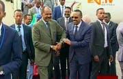 Videostandbild der Begrüssung von Äthiopiens Premierminister Ahmed Abiy (rechts) durch Eritreas Präsident Isaias Afwerki. (AP, Asmara, 8. Juli 2018)