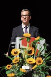 David Schuler führte durch die Lehrabschlussfeier im Theater Uri. (Bild: Urs Hanhart (Altdorf, 2. Juli 2018))
