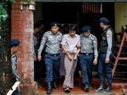 Reuters-Journalist Kyaw Soe Oo wird aus dem Gericht in Rangun geführt - gegen ihn seinen Arbeitskollegen Wa Lone wird ein Prozess eröffnet. (Bild: KEYSTONE/EPA/LYNN BO BO)