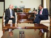 Bundespräsident Alain Berset ist am Montag in Nairobi zu offiziellen Gesprächen mit dem kenianischen Präsidenten Uhuru Kenyatta zusammengetroffen. (Bild: KEYSTONE/PETER KLAUNZER)
