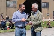 Sandro Matti (links) freut sich über die «grosse Ehrung» durch Pro-Aero-Stiftungspräsident Markus Gygax. (Bild: Andrea Bolliger (Meiringen, 8. Juli 2018))