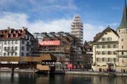 Das Baugerüst rund um die zu renovierende St. Peterskapelle am Kapellplatz in Luzern. (Bild: Manuela Jans-Koch (19. Januar 2018))