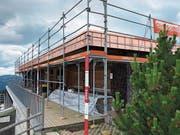 Statt mit Holz wird das Dach des Berggasthauses Wildspitz neu von Kupfer umrandet. (Bild: PD)