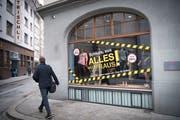 Wenn ein Laden schliesst, bleiben die Schaufenster derzeit auch in der St.Galler Altstadt oft längere Zeit leer. Patentrezepte gegen das Lädelisterben gibt es nicht. Die SP will aber das Instrumentarium des Projekts «Zukunft Innenstadt» durch eine Lenkungsabgabe für Vermieter mit leeren Ladenlokalen einführen. (Bild: Ralph Ribi)
