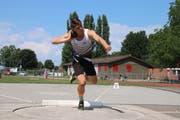 Organisator Andri Oberholzer – hier beim Kugelstossen – ist selber Teilnehmer des Wettkampfs auf dem Tellenfeld. (Bild: Barbara Hettich)