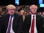 Der britische Aussenminister Boris Johnson (l) ist am Montag in London zurückgetreten. Nur wenige Stunden zuvor hatte auch Brexit-Minister David Davis (r) seinen Rücktritt bekannt gegeben. Die beiden Brexit-Hardliner sind mit dem Brexit-Kurs von Premierministerin Theresa May nicht einverstanden. (Bild: KEYSTONE/EPA/FACUNDO ARRIZABALAGA)