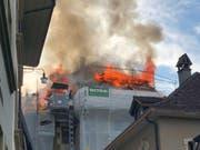 In der Berner Altstadt ist am Montagabend in einem Dachstock ein Feuer ausgebrochen. (Bild: Sebastian Gänger, Keystone-SDA)