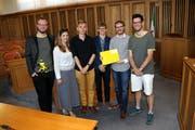 Diese Teammitglieder von Politcast Uri nahmen den Preis entgegen: (von links) Leza Aschwanden, Stephanie Gisler, David Fischer, Tobias Arnold, Florian Arnold und Christian Arnold. (Bild: Stiftung für Demokratie (Neuenburg, 23. Juni 2018))