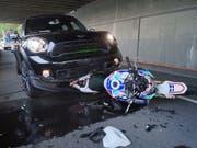 Bei einer Auffahrkollision in Walchwil hat sich am Samstagnachmittag ein Motorradfahrer lebensbedrohlich verletzt. (Bild: Zuger Polizei)