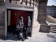 Zwei Nikab-tragende Frauen verlassen das dänische Parlament, nachdem dieses das Verbot der Vollverschleierung beschlossen hat. (Bild: KEYSTONE/EPA SCANPIX DENMARK/MADS CLAUS RASMUSSEN)