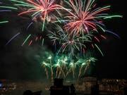 In Basel gab es am Dienstagabend aus Anlass des Nationalfeiertages ein grosses Feuerwerk. (Bild: KEYSTONE/GEORGIOS KEFALAS)