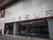 Der US-Elektroautobauer Tesla weitete seinen Verlust im zweiten Quartal auf 718 Millionen Dollar von 336 Millionen Dollar im Vorjahr aus. (Bild: KEYSTONE/EPA/ROMAN PILIPEY)