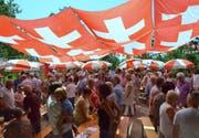 Schweizerfahnen dienen in Eschlikon als Sonnenschutz.