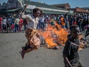 In Simbabwe kam es im Nachgang zur Präsidentenwahl in der Hauptstadt Harare zu tödlicher Gewalt zwischen Anhängern der Opposition und der Polizei. (Bild: KEYSTONE/AP/MUJAHIS SAFODIEN)