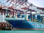 Die US-Regierung fasst mehr als doppelt so hohe Strafzölle für chinesische Importware ins Auge als bisher geplant. (Bild: KEYSTONE/AP Chinatopix)