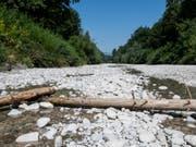 Gewitter am Mittwoch waren nur ein Tropfen auf den heissen Stein: Das ausgetrocknete Flussbett der Emme im bernischen Aefligen. (Bild: Keystone/PATRICK HUERLIMANN)