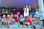 «Red Cube» geben beim Musikpavillon im Jakob-Züllig-Park ein Konzert. Die jüngsten Bundesfeier-Besucher sind ganz nahe dabei. (Bild: Max Eichenberger)