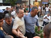 Der Streit zwischen den USA und der Türkei um den unter Hausarrest gestellten Pastor Andrew Brunson (Mitte) eskaliert: Das Weisse Haus hat Sanktionen gegen die Türkei verhängt. (Bild: KEYSTONE/EPA DHA/MUSTAFA KOPRULU)