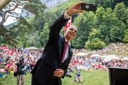 Bundespräsident Alain Berset sprach an der Bundesfeier auf dem Rütli - und machte ein Selfie mit den Zuschauern. (Bild: Philipp Schmidli, Seelisberg 1. August 2018)