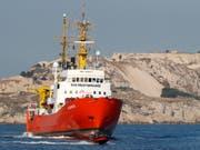 Die «Aquarius», eines der letzten im Mittelmeer verbliebenen humanitären Rettungsschiffe, ist wieder unterwegs Richtung libysche Küste. (Bild: KEYSTONE/EPA/GUILLAUME HORCAJUELO)