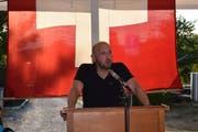 Gemeindepräsident Markus Bürgi spricht vor der Nationalfahne zu seinen Mitbürgerinnen und Mitbürgern. (Bild: Maria Keller)