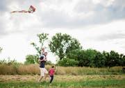 Väter sollen sich in der Erziehung der Kinder stärker einbringen - und die Mütter sollen dies auch zulassen. (Bild: Getty)