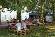 Zum Auftakt der Strandfestwochen am 1.August probierten erste Besucher einen Burger. (Bild: jor)