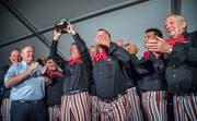 Grosse Momente erfordern grosse Emotionen: Die Emmishofer Narren erhalten den «Prix Kreuzlingen» 2018 aus den Händen von Stadtpräsident Thomas Niederberger. (Bild: Andrea Stalder)
