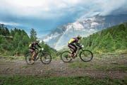 Zwei Mountainbike-Fahrer auf dem Weg von Leukerbad in Richtung Zermatt. (Bild: Marius Maasewerd/Keystone (14. September 2017))